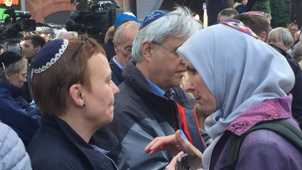 A Muslim woman wears a kippah during the 'Berlin Wears Kippah' solidarity march (Photo: Malte Lehming)